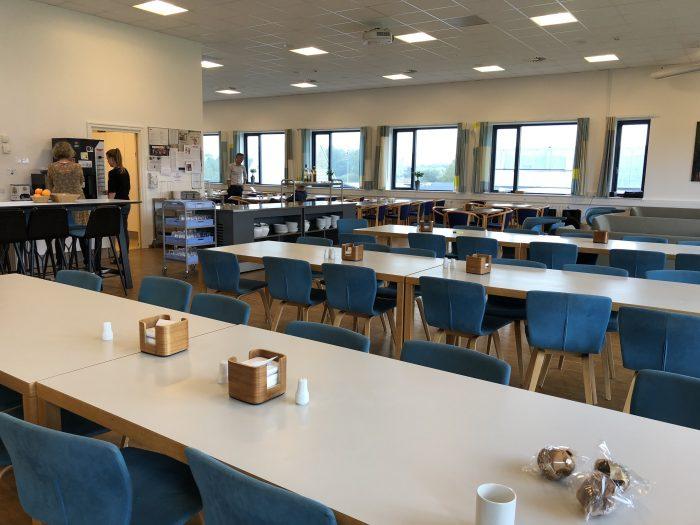 先生のための食堂。広いしお洒落・・・!