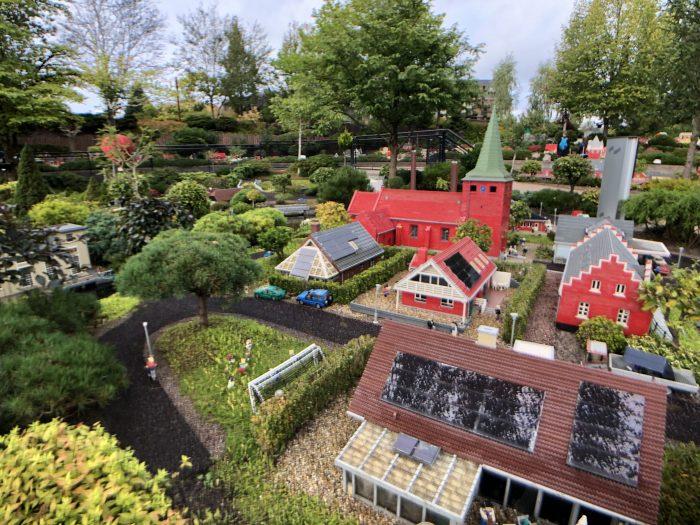ソーラーパネル付きのレゴハウス