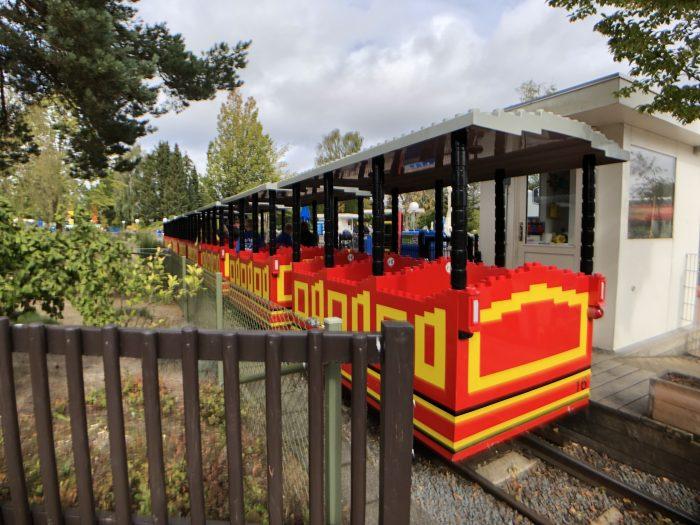 レゴ列車。結構な頻度で走ってます。
