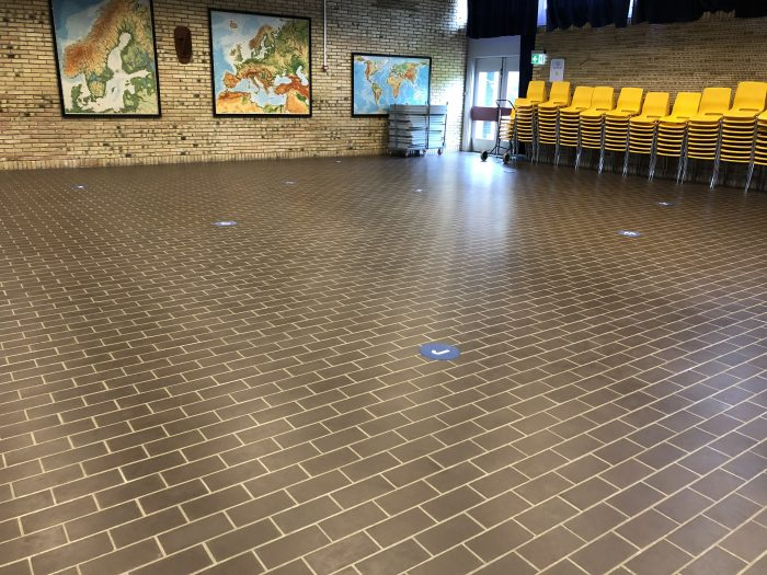 床のあちこちにアルファベットと数字が混ざったシートが置かれている