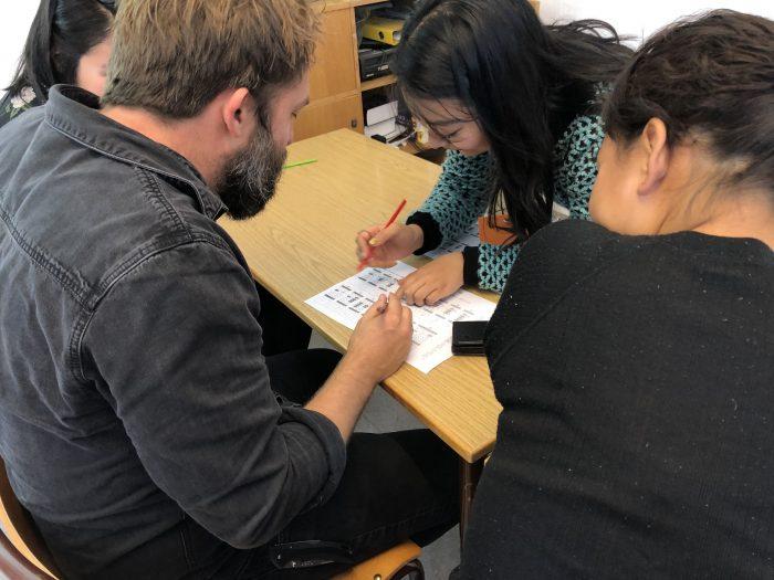 デンマーク人の先生もそろばんワークショップに参加。まずは紙でそろばんのいろはをレクチャー