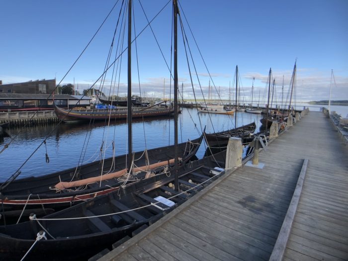 ボートが並ぶ港