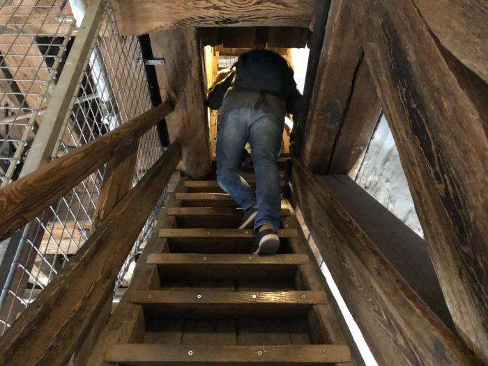 狭いわ!階段!