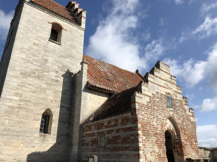 ステウンスの崖壁の上に建ってる教会