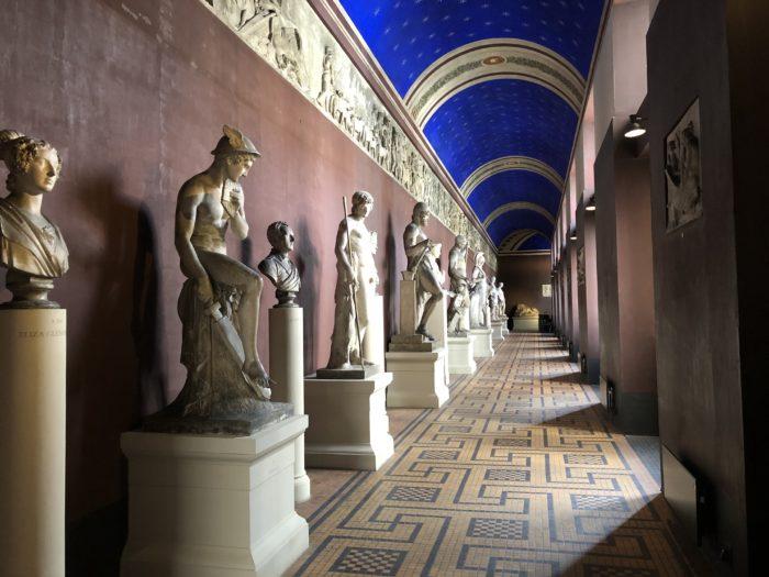 鮮やかな青が印象的な空間(トーヴァルセン美術館)